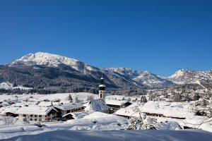 Landhaus am Golfplatz Reit im Winkl, Ausicht über das Tal und Reit in Winkl im Winter
