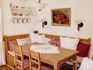 """Landhaus am Golfplatz Reit im Winkl Wohnung """"Talblick"""", Wohnzimmer mit Ausgang zur Terrasse"""